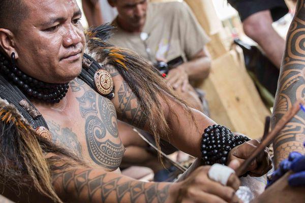 Démonstration de tatouage traditionnel au Festival des arts des îles Marquises 2015