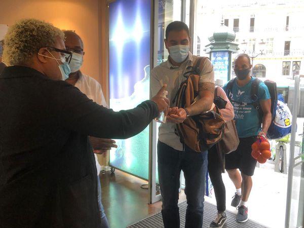 Masque et gel hydroalcoolique à l'entrée de la Maison de la Nouvelle-Calédonie à Paris