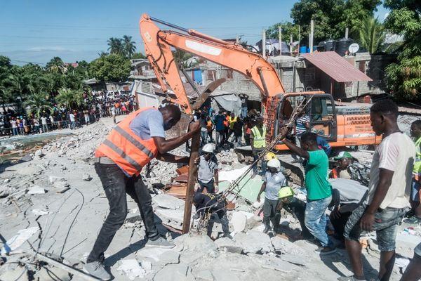 A la recherche des survivants dans les décombres en Haïti