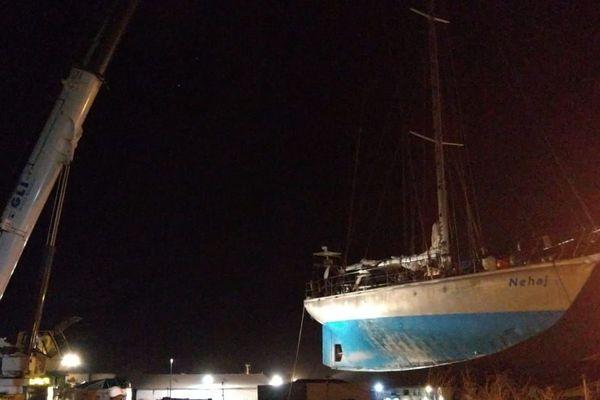 Opération de levage du voilier