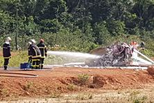 Les sapeurs pompiers à l'oeuvre,  pulvérisent de la mousse