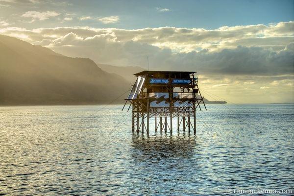 L' échafaudage des juges et des commentateurs situé dans le lagon à une centaine de mètres de la vague.