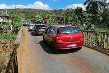 En période de forte circulation, de gros embouteillages se forment de part et d'autres du pont de Mangajou.