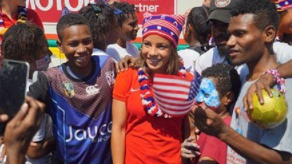 Une foule de jeunes fans papous s'est déplacée à l'aéroport de Port-Moresby pour accueillir l'équipe de foot américaine. (Photo: Eric Tlozek) (Credit: ABC)