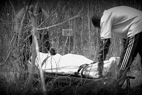 cadavre sur un brancard n/b