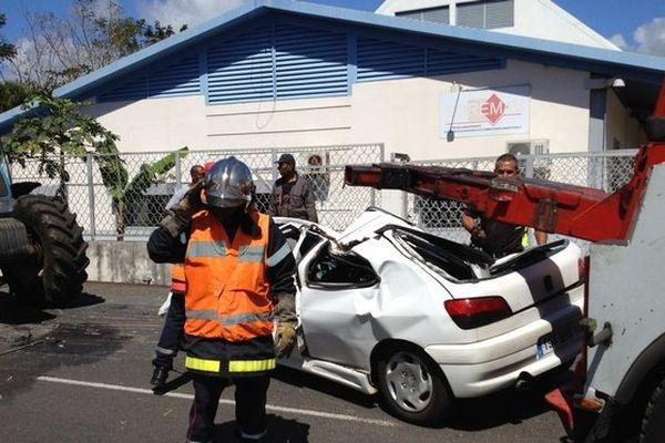 Un tracteur écrase une voiture à Sainte-Marie