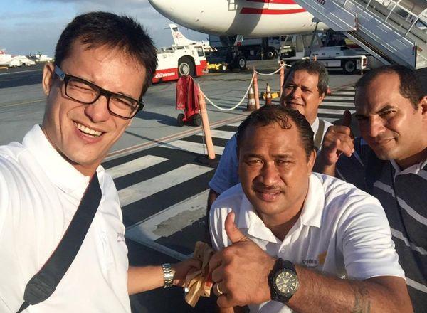 L'équipe Polynésie 1ère, sur le tarmac de l'aéroport à Tahiti Fa'a'a. Prêts pour les championnats du monde de va'a 2016