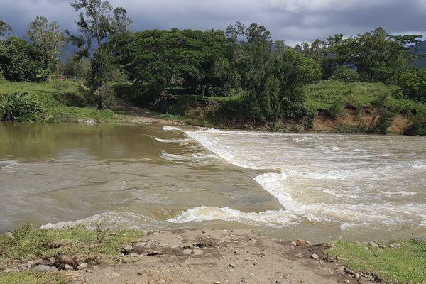 Poya : pont entre Ouendji et Montfaoué submergé avec de forts courants