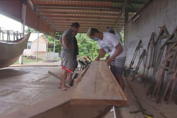 Deux pirogues doubles en construction à Taputapuatea