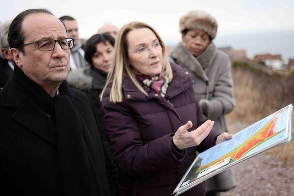 François Hollande à Miquelon avec Hélène Guignard, directrice adjointe de la Direction des territoires, de l'alimentation et de la mer (DTAM) de Saint-Pierre et Miquelon.