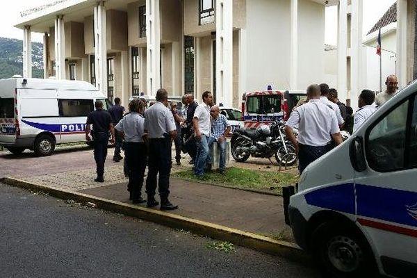 Policiers présentés au parquet