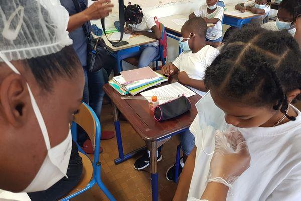 Test salivaire à l'école Agarande à Cayenne