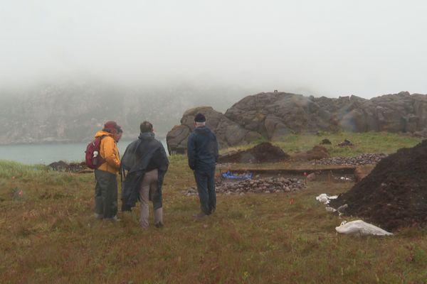 Deux représentants de l'INRAP à la rencontre des élus, des responsables adminsitratifs et des archéologues en charge des fouilles sur le site de l'Anse à Henry