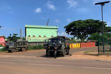 Les forces de l'ordre devant le lycée polyvalent de Kahani, dans le centre de Mayotte