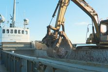 Le sablier, l'Elinor Marit, a transporté 200 tonnes de roches de la carrière de Saint-Pierre pour les travaux de la route de l'isthme de Miquelon-Langlade.