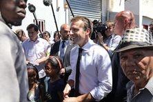 Emmanuel Macron dans le quartier des Camélias, à Saint-Denis, ce jeudi 24 octobre.
