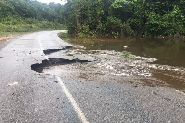 La route nationale 1 entre Cayenne et St-Laurent du Maroni coupée à la circulation