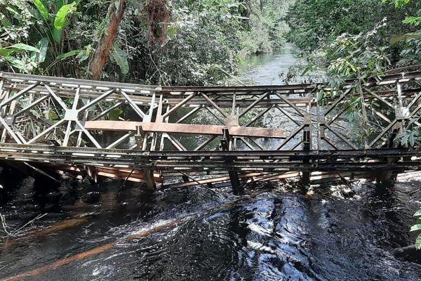 L'ancien pont sur la crique Eskol à Roura