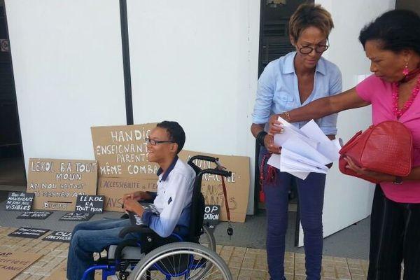 Enfants handicapés sur chaise roulante