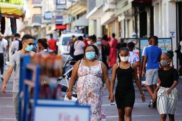 Le port du masque dans les rues de Saint-Denis, à La Réunion.