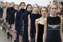 Des mannequins défilant à l'occasion de la fashion week de Milan (Italie), le 28 février 2015. (ANTONIO CALANNI / AP / SIPA)