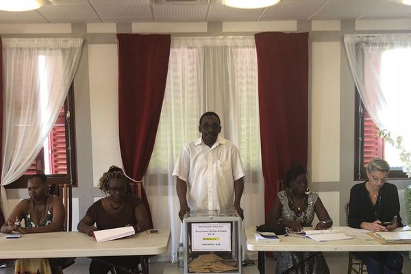 Bureau de vote à Macouria