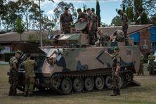 Militaires français se familiarisant avec un véhicule de transport blindé M113 AS4 de l'armée australienne, le 30 août 2021.