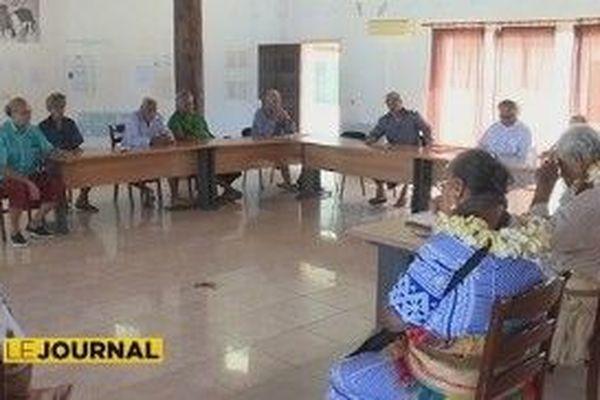 coutumiers dans une salle à Futuna