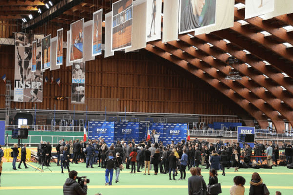 Les proches des victimes et les sportifs se massent peu à peu dans le bâtiment