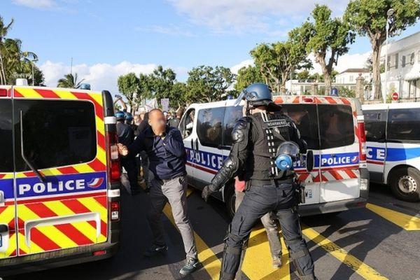Des affrontements avec les forces de l'ordre, en marge de la manifestation contre les mesures sanitaires, à Saint-Denis, samedi 31 juillet.