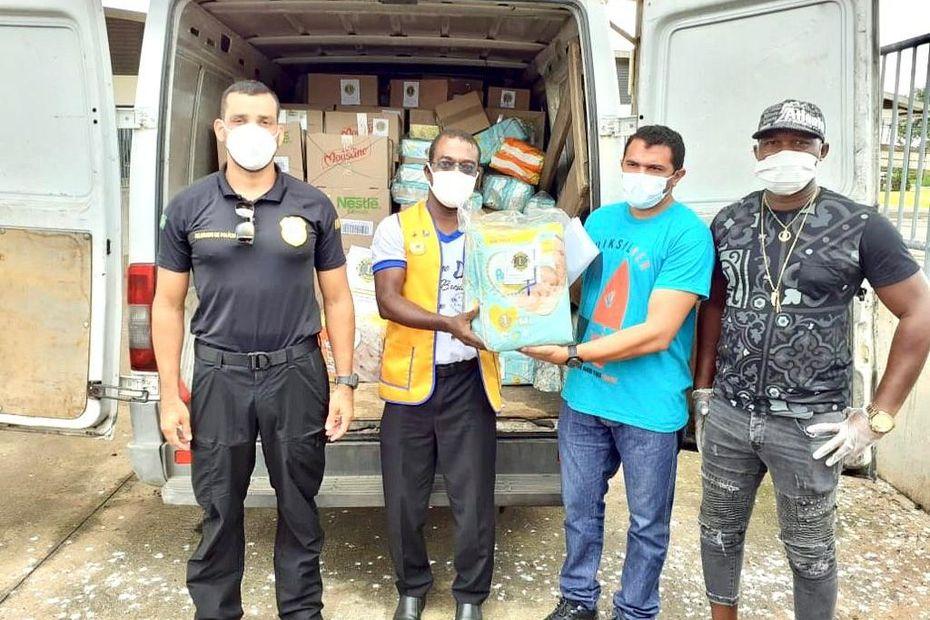 Le Lions Club Guyane répond à l'appel à l'aide de l'hôpital d'Oiapoque et lui fait don de caisses de lait et de couches pour nourrissons - Guyane la 1ère