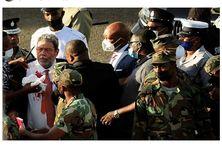 Ralph Gonsalves, Premier ministre de Saint-Vincent et les Grenadines, la tête en sang, entouré de ses gardes du corps.