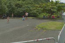 Des barrières bloquent l'entrée du parking. Pour le plus grand bonheur de tous.