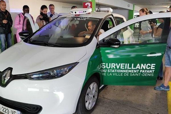 Un véhicule LAPI enregistre les plaques d'immatriculations pour vérifier que les voitures sont en règles