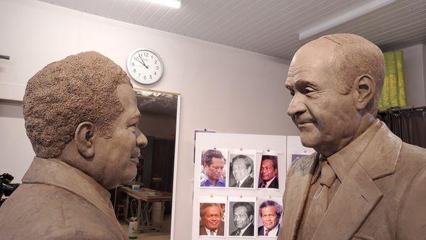 Sculpture Fred Fichet poignée de mains Lafleur Tjibaou