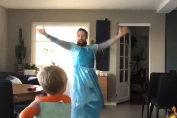 """[VIDEO] Norvège : un père et son fils dansent sur """"La Reine des neiges"""""""