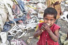 Enfant dans les bidonvilles.
