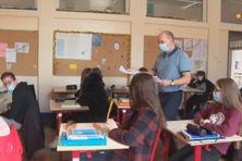 Les élèves du collège Saint-Christophe travaillent avec leur professeur d'histoire-géographie sur le concours national de la résistance et de la déportation