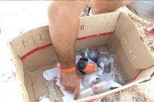 Des déchets en plastique ramassés sur la plage en quelques minutes