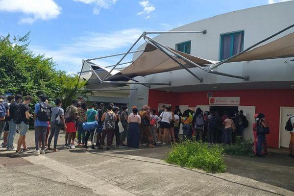 Les étudiants devant le restaurant de l'Université.