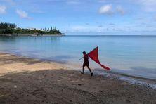 Un pompier évacue les plages en prévision du tsunami