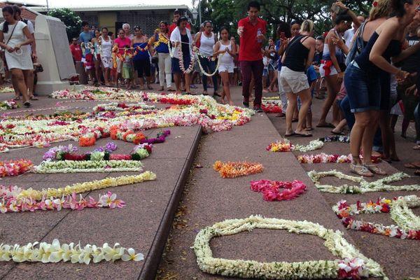 Une couronne de fleurs géante en hommage aux victimes des attentats de Paris