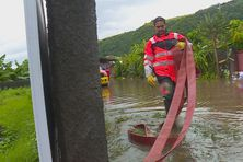 A Papehue, dans la commune de Papara, un pompier intervient pour pomper l'eau qui est montée jusqu'à 30 cm dans cette servitude.