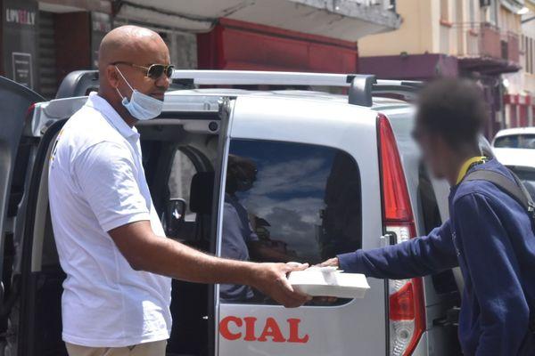 Coronavirus : distribution de repas par l'Acise à Fort-de-France