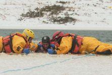 L'étang du lac à Miquelon sert de lieu d'exercice aux pompiers de la commune. le but étant de venir en aide à une personne tombée dans une eau glaciale.