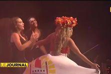 La stars Kat De luna qui porte une robe aux couleurs de la Polynésie