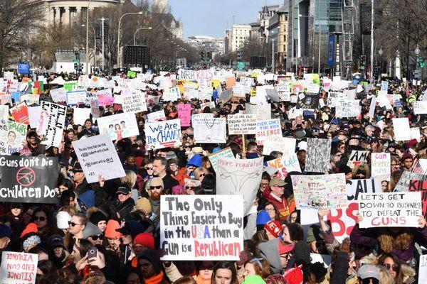 Etats-Unis : des milliers de manifestants défilent contre les armes à feu