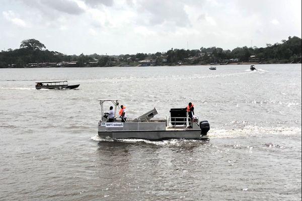 Le bateau collecteur de déchets de la commune de Saint-Georges