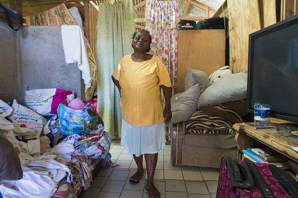 Le 28 février 2018, à Saint-Martin, Louisette pose dans sa maison endommagée, six mois après le passage des ouragans Irma et Maria en septembre.