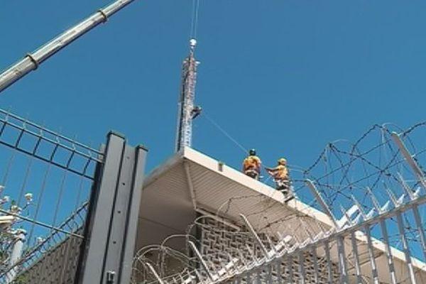 base maritime de Papeete : un pylone de 30 mètres de hauteur démonté
